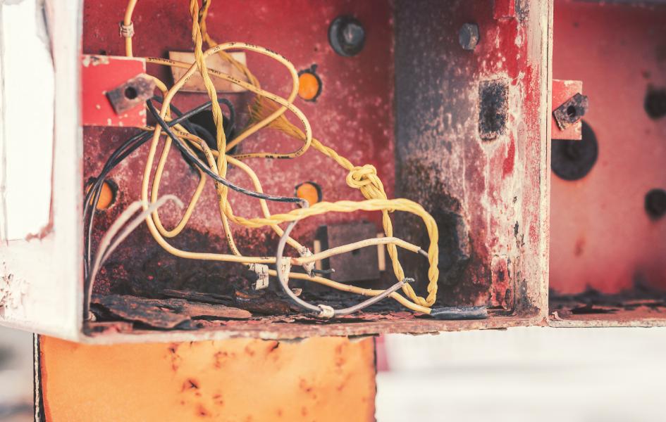 Como evitar curtos-circuitos na rede elétrica